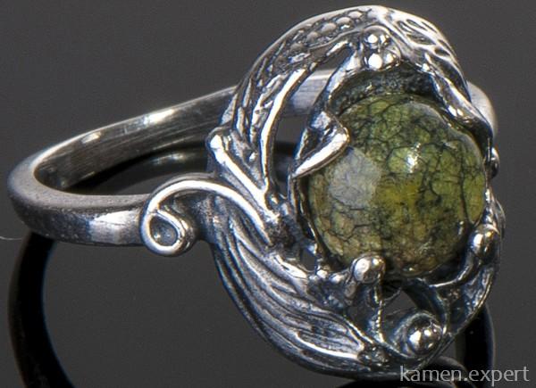 Перстень с самоцветом