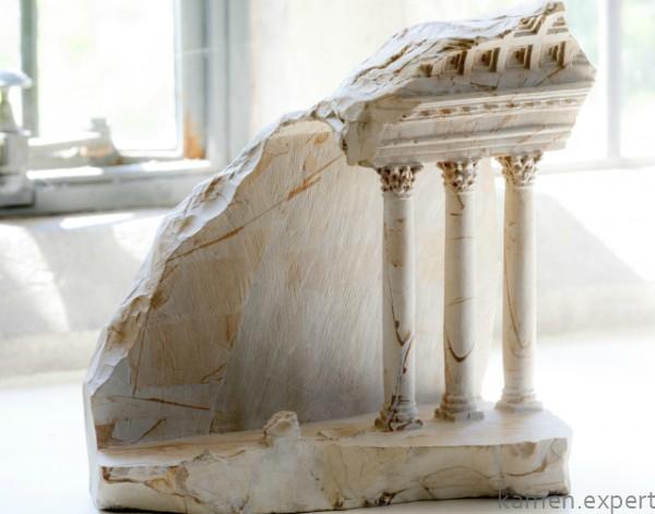 Бело-бежевый камень