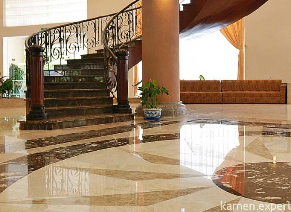 Холл с винтовой лестницей
