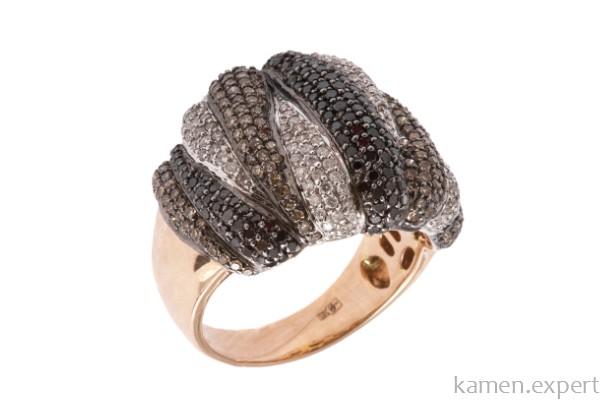 Кольцо с бриллиантами разных цветов