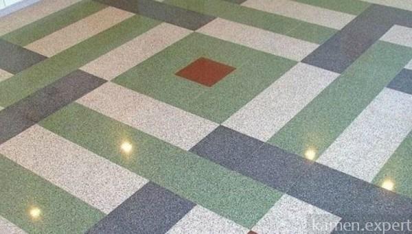 Плитка из мраморной крошки на полу