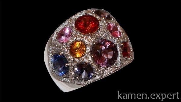 Разноцветные камни в кольце