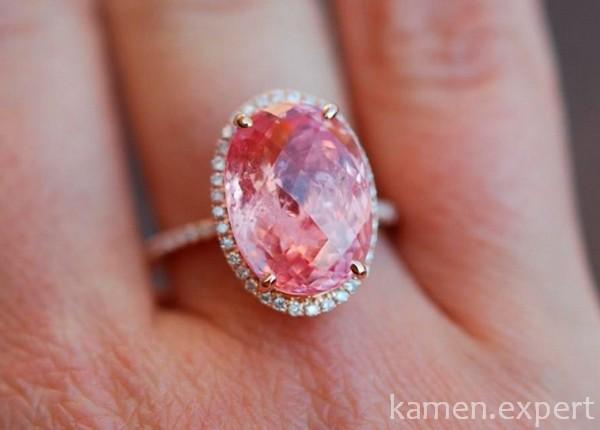 Розовый камень в кольце
