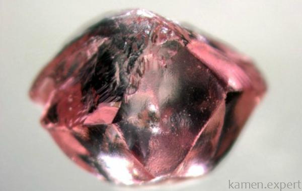 Необработанный розовый алмаз
