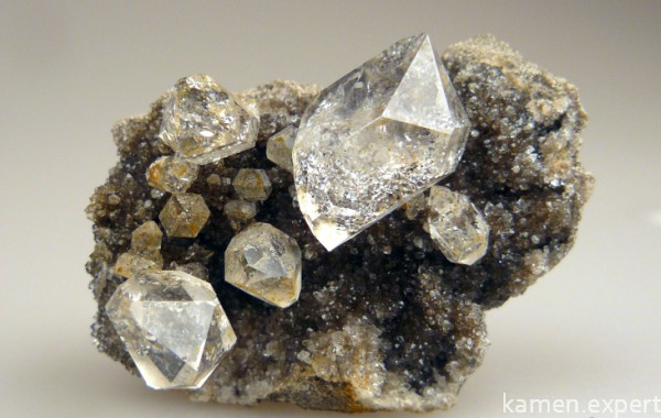 Порода с алмазом