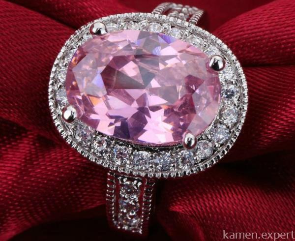 Перстень с розовым корундом
