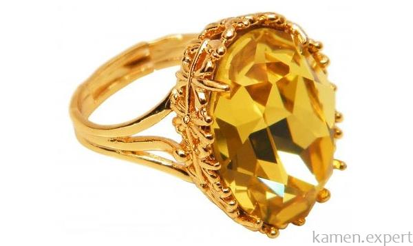 Перстень с желтым камнем