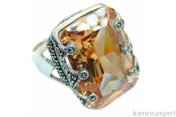 Перстень с золотистым топазом