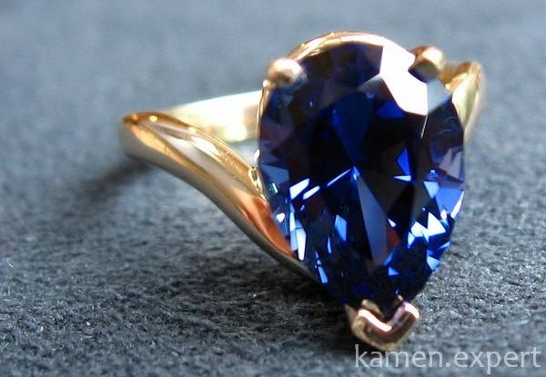Синий корунд в золотом кольце