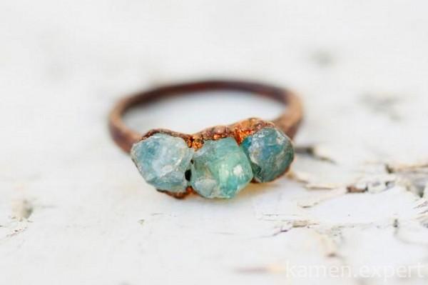 Кольцо с необработанными камнями