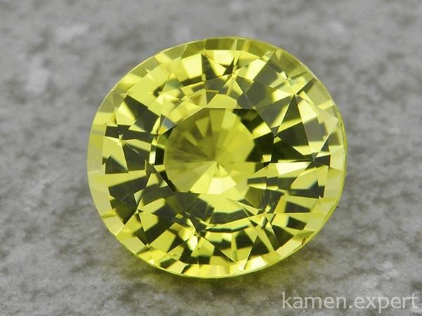 Зеленый круглый камень