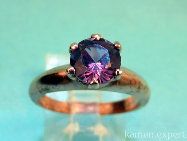 Золотое кольцо с круглым камнем