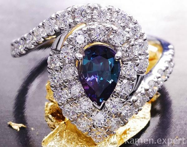 Александрит в окружении бриллиантов