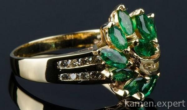 Кольцо с несколькими камнями