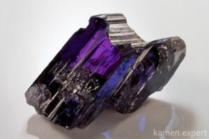 камень танзанит